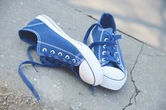 Błękitni sneakers plenerowi pod sunrays zdjęcia stock