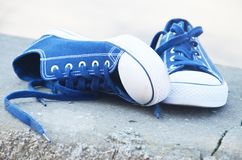 Błękitni sneakers plenerowi pod sunrays fotografia royalty free