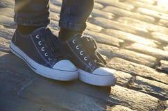 Błękitni sneakers plenerowi pod sunrays obrazy stock