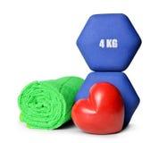 Błękitni sprawności fizycznych dumbbells z sercem i ręcznikiem Zdjęcia Stock