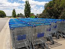 Błękitni wózek na zakupy fotografia royalty free