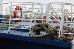 Błękitny łódkowaty pokład z bielu ogrodzeniem, czerwonym życie pierścionkiem i gęstą jutową arkaną, Fotografia Stock