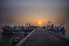 błękitny łódkowatych łodzi rzeczna nieba stacja Zdjęcie Stock