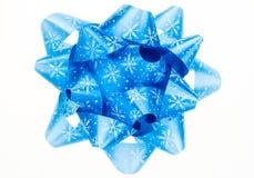 Błękitny łęk z płatkami śniegu islolated na białym tle. Obrazy Royalty Free