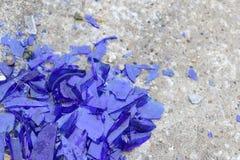 Błękitny łamający szkło na betonowej powierzchni - tekstura dla tła, projekt Zdjęcia Stock