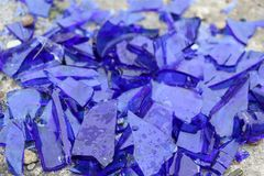 Błękitny łamający szkło na betonowej powierzchni - tekstura dla tła, projekt Fotografia Royalty Free