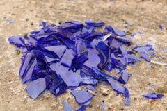 Błękitny łamający szkło na betonowej powierzchni - tekstura dla tła, projekt Fotografia Stock