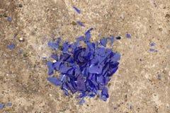 Błękitny łamający szkło na betonowej powierzchni - tekstura dla tła, projekt Zdjęcia Royalty Free