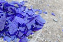 Błękitny łamający szkło na betonowej powierzchni - tekstura dla tła, projekt Zdjęcie Stock