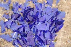 Błękitny łamający szkło na betonowej powierzchni - tekstura dla tła, projekt Obrazy Royalty Free
