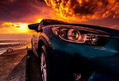 Błękitny ścisły SUV samochód z, nowożytny sportem, Frontowy widok piękny h Obraz Royalty Free