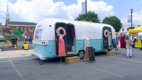 Błękitny Śliwkowy festiwal - Mobilny sklep odzieżowy obrazy royalty free