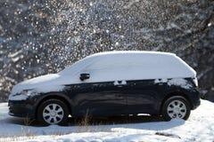 Błękitny śnieżysty i zamarznięty samochód obrazy stock