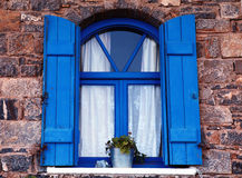 Błękitny żaluzja okno i, Crete, Grecja. Zdjęcie Stock