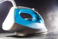 Błękitny żelazo dla odprasowywać odziewa Monophonic czarny tło gospodarstw domowych urządzenia elektronika nowożytne technologie obraz royalty free