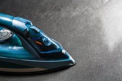 Błękitny żelazo dla odprasowywać odziewa Monophonic czarny tło gospodarstw domowych urządzenia elektronika nowożytne technologie obraz stock