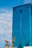 Błękitny żuraw i budynek Zdjęcia Royalty Free