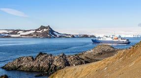 Błękitny antarctic statek wycieczkowy w laguny i Gentoo pingwinów col Zdjęcia Stock