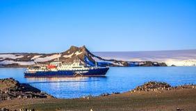 Błękitny antarctic statek wycieczkowy w laguny i Gentoo pingwinów col Obrazy Stock