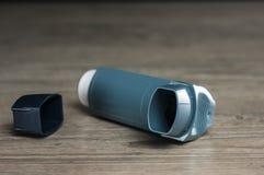 Błękitny astma inhalator zdjęcie royalty free