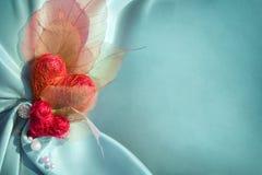 Błękitny atłasowy płótno z czerwonymi sercami Obrazy Royalty Free
