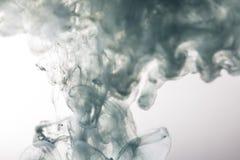 Błękitny atrament w wodnym abstrakcjonistycznym tle obrazy royalty free