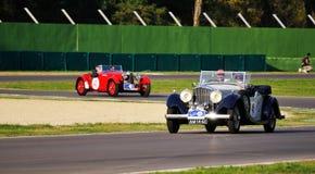 Błękitny Bentley Darby i czerwień Aston Martin Le Obsługujący Obrazy Stock