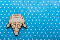 Błękitny biały gwiazdy biurko z gorące powietrze balonem Fotografia Stock