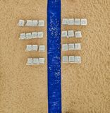 Błękitny bielu krzesło po plażowego ślubu w Costa Brava i dywan zdjęcie royalty free