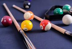 Błękitny bilardowy stół z piłkami i wskazówką Fotografia Royalty Free