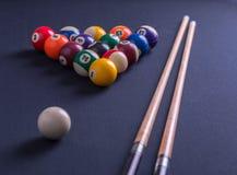 Błękitny bilardowy stół z wszystkie wskazówkami i piłkami zdjęcia stock