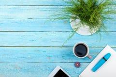 Błękitny Biurowego biurka stół z komputerem, pióro i filiżanka kawy, udział rzeczy Odgórny widok z kopii przestrzenią Obrazy Stock