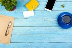 Błękitny Biurowego biurka stół z komputerem, pióro i filiżanka kawy, udział rzeczy Odgórny widok z kopii przestrzenią Zdjęcia Royalty Free