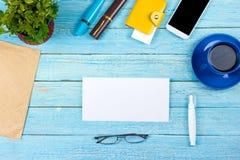 Błękitny Biurowego biurka stół z komputerem, pióro i filiżanka kawy, udział rzeczy Odgórny widok z kopii przestrzenią Zdjęcie Stock