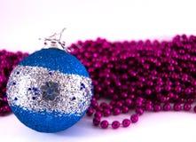 Błękitny boże narodzenie ornament z purpurowymi ostatkami Zdjęcie Royalty Free