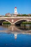 błękitny bostonu mosta kampus Charles zegarowy Harvard John nad rzecznych nieba wierza drzew uniwersyteckimi w tydzień Tygodnie P Obraz Royalty Free