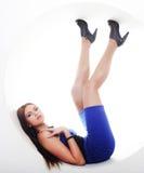 błękitny brunetki okręgu sukni obsiadanie Obrazy Royalty Free