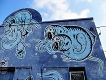 Błękitny budynek z fantazji sztuką zdjęcia stock