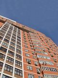 błękitny ceglanego budynku wysoki jeden czerwony niebo miastowy Zdjęcia Stock
