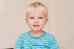 błękitny chłopiec śliczny przyglądający się trochę zdjęcia stock