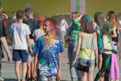 błękitny chłopiec koszula Festiwal kolory Holi w Cheboksary, Chuvash republika, Rosja 05/28/2016 Fotografia Royalty Free