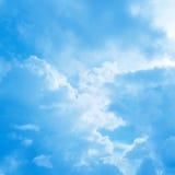 Błękitny chmurnego nieba tło Obraz Royalty Free