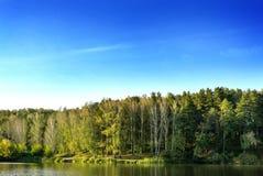 błękitny chmurny lasowy jeziorny niebo Obraz Stock