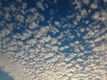 Błękitny chmurny niebo Zdjęcia Royalty Free