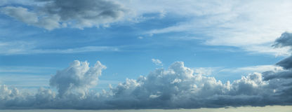 Błękitny chmurny niebo Fotografia Royalty Free