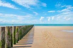 Błękitny chmurny niebo nad piasek plażą wzdłuż morza Obraz Royalty Free