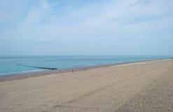Błękitny chmurny niebo nad piasek plażą wzdłuż morza Obrazy Stock
