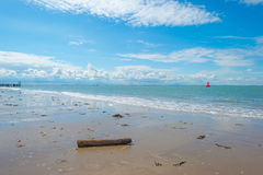 Błękitny chmurny niebo nad piasek plażą wzdłuż morza Obrazy Royalty Free
