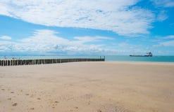 Błękitny chmurny niebo nad piasek plażą wzdłuż morza Obraz Stock