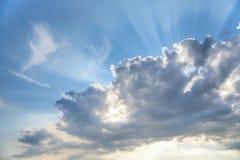 Błękitny chmurny niebo, słońce promienie łama przez chmur, tło z słońce racą, miejsce dla teksta Fotografia Royalty Free